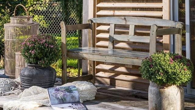 Zahradní domek všedém skandinávském stylu můžete sladit sdalšími dřevěnými prvky na své zahradě.