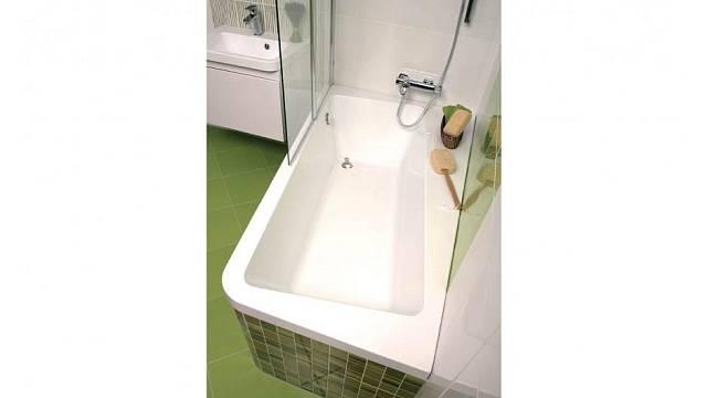 Atypický vnitřek jinak obdélníkové vany umožňuje odkládací prostor a zároveň nabízí dost prostoru pro sprchování. Zdroj: Koupelny Ptáček.