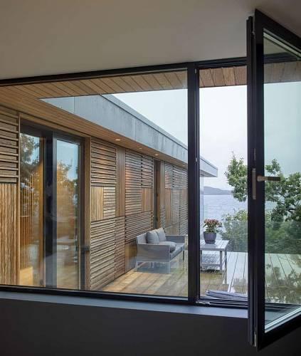 Menší ze dvou teras v přízemí je orientována na jih. Kromě posuvných dveří nabízejí v letních měsících v celém domě možnost větrání také okna.  Foto: Sindre Ellingsen
