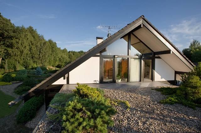 Garáž domu je zastřešena tak zvanou zelenou střechou, na kterou je možný přístup z ložnice nebo koupelny.