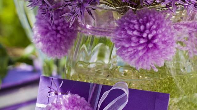 Bambulkami v barvě květenství ozdobený okraj vázy s živými květy. I na vzkazu v barevné obálce bude bambulka vypadat pěkně