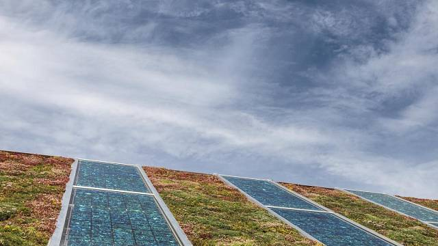 Neobvyklé a přitom to nejlogičtější řešení - doplnění solárních panelů zazeleněním