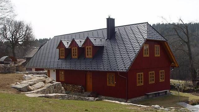 Novostavba horské chaloupky, sedlová střecha s hliníkovou krytinou