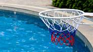 Basketbalový koš může viset i u bazénu.
