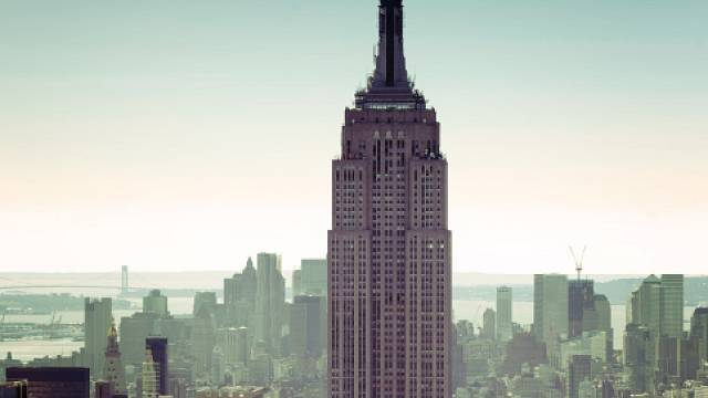 Newyorský mrakodrap Empire State Building měřící 437 metrů byl čtyři desítky let nejvyšší budovou světa, dokud po něm v roce 1972 nepřevzal žezlo World Trade Center. Cena stavby, která probíhala v době hospodářské krize a byla dokončena roku 1931, se v...