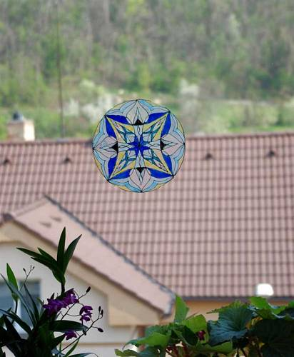 Dekorace na okně v ložnici dotváří romantické ladění místnosti