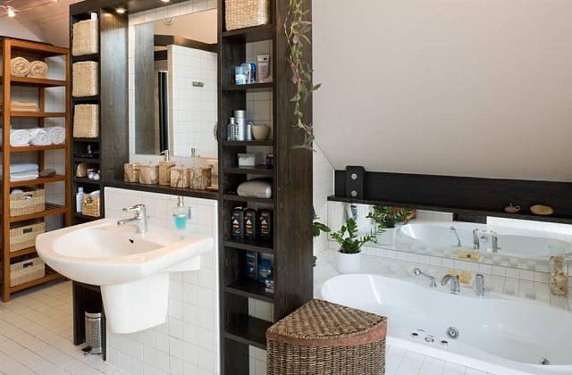 Úložné prostory v koupelně majitelé vyřešili policemi. Koupelna je laděna do stejných barev jako zbytek interiéru.