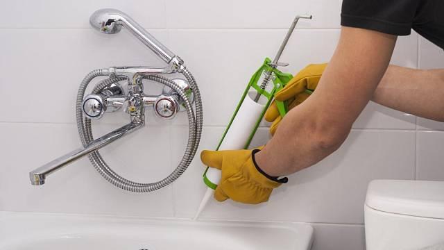 Na sanitární věci je lepší silikon