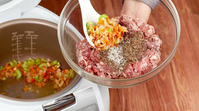 Přidejte všechny potřebné ingredience a hrnec už vaření zvládne sám.