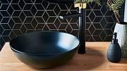 Černá v koupelně