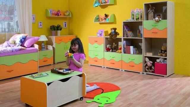 <p>Žlutá přináší do pokoje radost, život a zároveň kompenzuje nedostatek přirozeného světla v tmavší místnosti.Červená je intenzivní, přitahuje oči miminek, a proto se doporučuje s ní pracovat velmi opatrně. Není vhodná pro hyperaktivní děti, těm klidn...