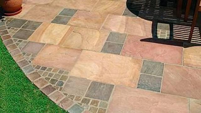 Dlažba pro terasy pískovcová, podzimní hnědá, štípaná, hrany ručně opracované / Norman stone