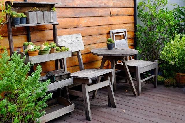 Zahradní nábytek z přírodních materiálů