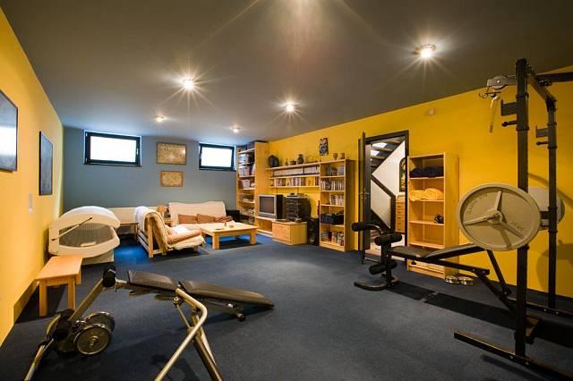 Majitelé si v domě zařídili i jednu sportovní místnost.