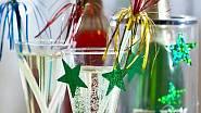 na sklenice i chladič na šampaňské nalepte lesklé hvězdičky. Ty můžete i poházet po stole. Použijte lepidlo, které po oslavě lehce omyjete, třeba bílou lepicí pastu. Vše koupíte v obchodě s dekorativními předměty