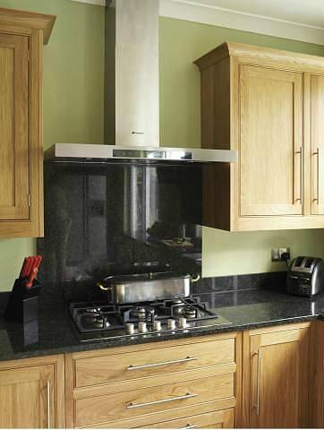 Zvláštní atmosféru dokáže kuchyni dodat přírodní kámen. Neopakovatelná kresba mramoru, žuly či struktura travertinu nebo pískovce vytvoří z každé kuchyně originál.