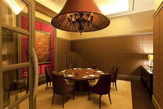 JW Marriot, Turecko. Luxusní hedvábné stínidlo ukrývá tradiční 12ti ramenný lustr, který se skládá z ručně tvarovaných skleněných dílů.