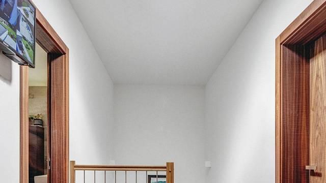 Zkušený investor myslel i na detaily, jako je světlovod v chodbě v horním patře, kdy chtěl plnými dveřmi zachovat soukromí v jednotlivých místnostech, ale zároveň se nechtěl vzdát přirozeného světla. / Foto: Tomáš Dittrich