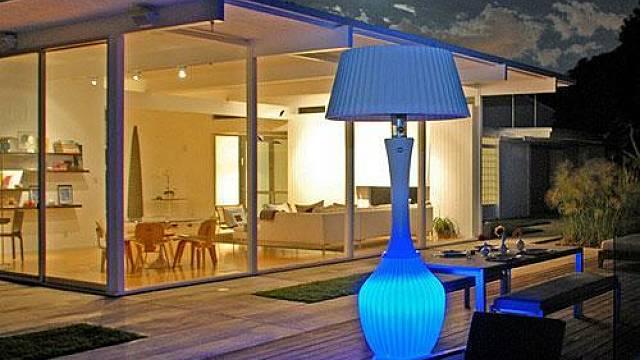 Zahradní termolampa na terase vytvoří příjemnou atmosféru, večer ji rozáří i prohřeje.
