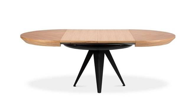 Kulatý stůl sdřevěnou deskou o průměru 120 cm a kovovými nohami se do rozložit až na délku 220 cm, cena 40099 Kč.