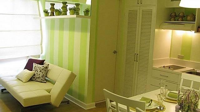 Veselé barvy udělají i ze zašlého prostoru pěkný byt. Tady se nikdo mračit nemůže, i když se do kuchyně vejde jen malá dvouplotýnka.