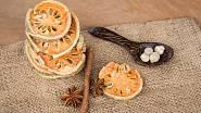 Sušená kolečka kdoule mohou být pěknou a aromatickou dekorací.