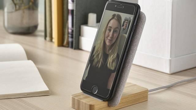 Jednoduché, elegantní a praktické: bezdrátový dobíjecí stojánek na telefon Nordmärke, cena 299 Kč.