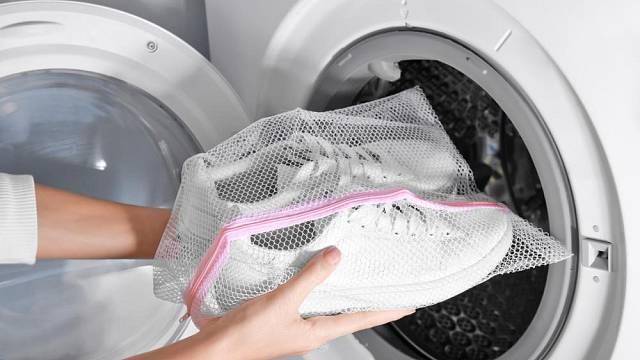 Pokud už musíte prát v pračce boty, perte jen ty měkké, ve speciálním sáčku a přidejte k nim do pračky i nějaké hadry nebo starší deku či přehoz, aby byl buben rovnoměrně zatěžován.