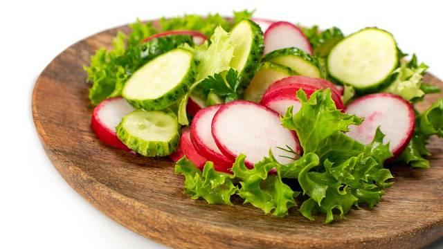 Salát z okurky a ředkviček
