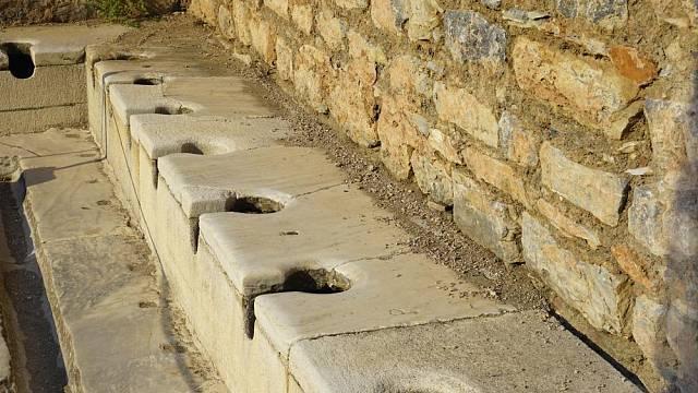 Veřejné toalety ve starořeckém městě Efezus na území dnešního Turecka
