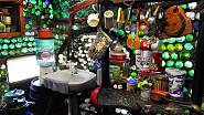 Kuchyni má vybavenou skromě, zato hraje všemi všemi barvami