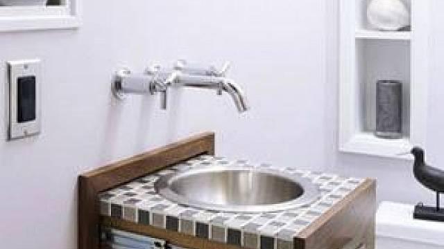 Omezeným prostorem často hodně trpí právě koupelna. Způsobů, jak v ní ušetřit prostor, existuje hodně, ale vysouvací umyvadlo patří rozhodně k těm nejodvážnějším.