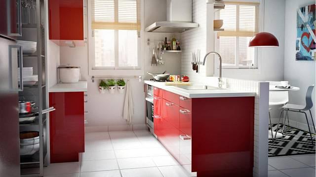 Červená kuchyně nejlépe vynikne na světlém, neutrálním pozadí, kde její jasná barva dokonale zazáří. Podobnou kuchyni s korpusy Faktum a červenými dvířky Abstrakt ve vysokém lesku prodává Ikea (cena dle sestavy).