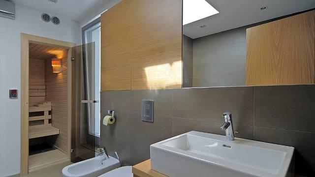 Součástí koupelny je i malá sauna