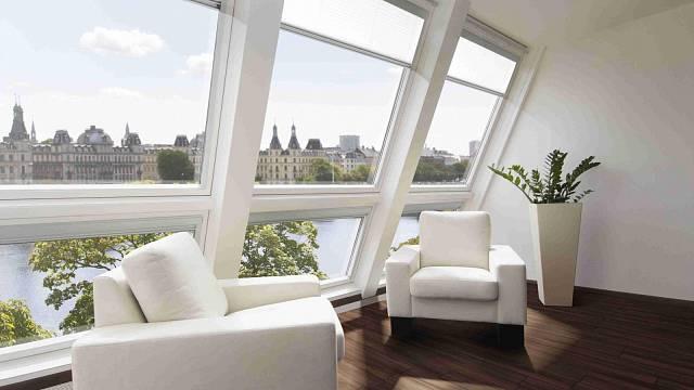 U střešních oken je hluk v porovnání s okny v přízemípřibližně o 5 dB nižší, v případě, kdy naproti domu nestojí jiný objekt je hluk nižší až o 8 dB.