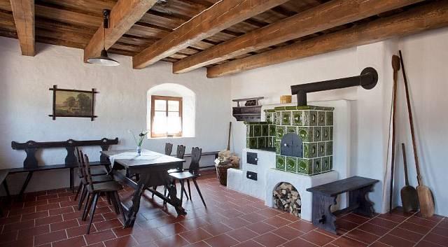 V interiéru horáckých chalup nechybí tradiční kachlová kamna.