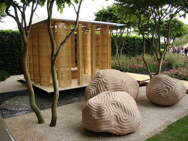 Zahradní posezení ve stlu feng-šuej - lehký dřevěný altánek nad vodou