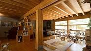 V interiéru převládá dřevo.