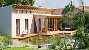 Z bungalovu je krásný výhled do zahrady.