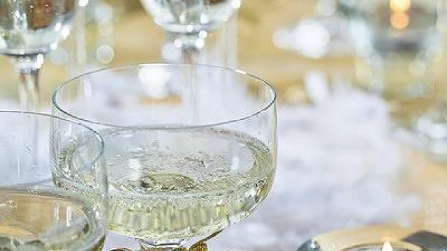 zvonky štěstí navažte na nožku skleničky a tác dozdobte zlatým řetězem