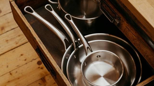Líbí se vám dlouhé, napevno připevněné rukojeti? Ověřte si, zda se vejdou do kuchyňské linky. Na foto vidíte kolekci Lucca.