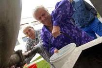 Staří lidé z pečovatelského domu si museli nostit vodu ve vědrech domů sami.