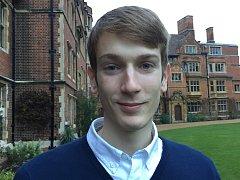 JONÁŠ FIALA bude studovat na Trinity College (česky Kolej Nejsvětější Trojice). Je tradičně považována za nejaristokratičtější cambridgeskou kolej. Mezi jejími absolventy je 31 nositelů Nobelovy ceny.