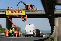 Odstraňování prvního billboardu na dálnici D8 u Roudnice nad Labem