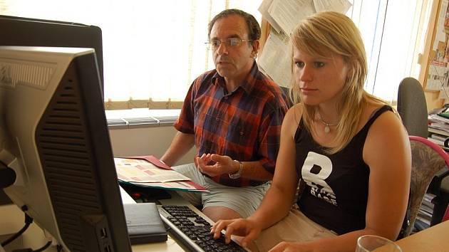 Petr Hermann odpovídá na dotazy čtenářů společně s Monikou Kubešovou, koordinátorkou projektu Zdravé město.
