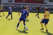 Fotbalisté Roudnice (v modrobílém) porazili Lukavec 2:0.