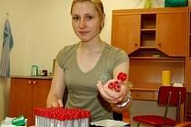 Kontaktní pracovnice Milena Řezáčová v odběrové místnosti vybaluje zdravotnický materiál a připravuje ampule určené k odběru krve.