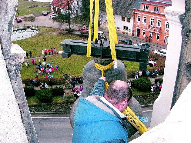 Osazování zvonu v Liběšicích