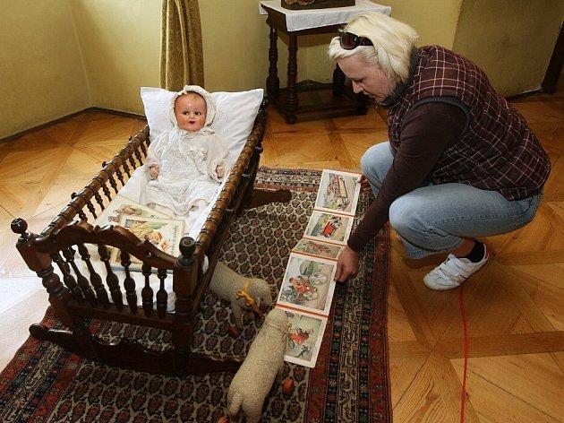 Stoleté hračky zámecké honorace jsou k vidění na zámku v Libochovicích.