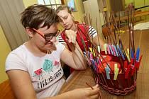 Manuální zručnost trénují klienti v Sociálně terapeutické dílně Naděje v Litoměřicích. Vznikají tu výrobky v podobě košíků, svíček, textilních dekorací či šperků.